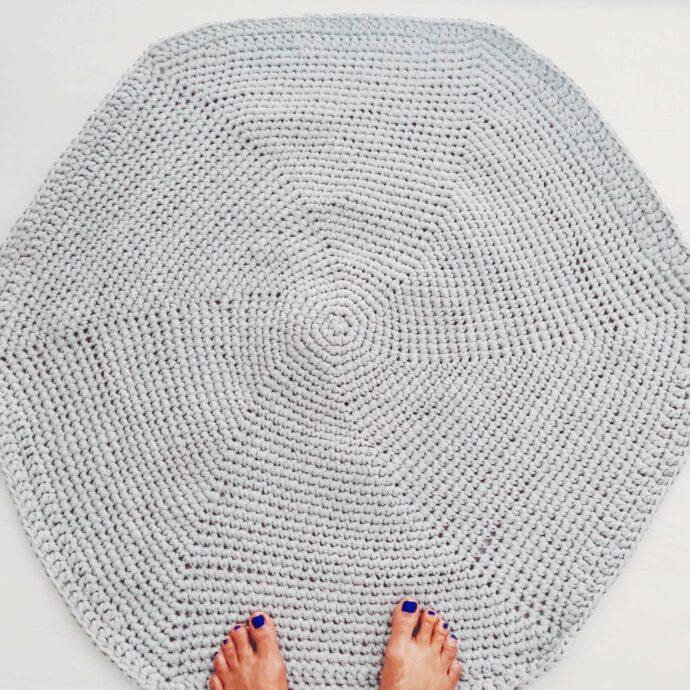 Alfombra de crochet o ganchillo redonda hecha a mano artesanal