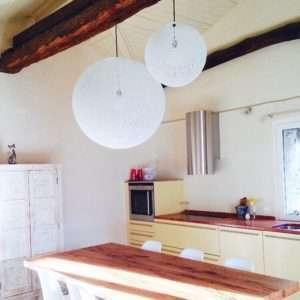 Esfera de llums en una cuina de Suïssa