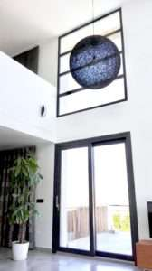 Llum gegant esfera en una casa de Cuenca